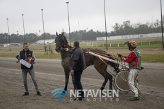 Brian Madsen fra Vorbasse Marked med pokal og blomster til vinderen af Vorbasse Marked Løbet - Foto: René Lind Gammelmark