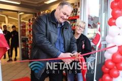 1. viceborgmester i Billund Kommune Per Nyhus klipper snoren mends butikschef  Kis G. Jensen ser på  - Foto: René Lind Gammelmark