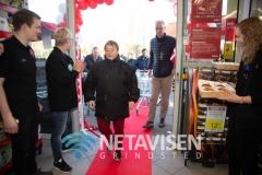 Så er Fakta åbnet - første kunde kommer ind - Foto: René Lind Gammelmark