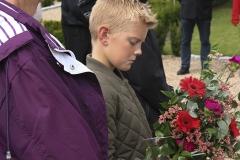 10- årige Mikkel Eliseholm gør klar til nedlægge blomster for Billund Kommunes Museer og Besættelsessamling Grindsteds Venner - Foto: Anders Antvorskov