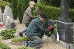 Regimentschef Anders Poulsen og Mikkel nedlægger blomster - Foto: Anders Antvorskov