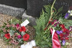 Smukke blomster til minde om Knud Børge Madsens håbløse indsats 29. august 1943 i Nyborg mod overmagten fra Tyskland  - Foto: Anders Antvorskov